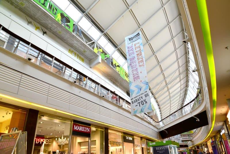 Lodz, Polonia Interior del centro comercial Manufaktura imagen de archivo libre de regalías