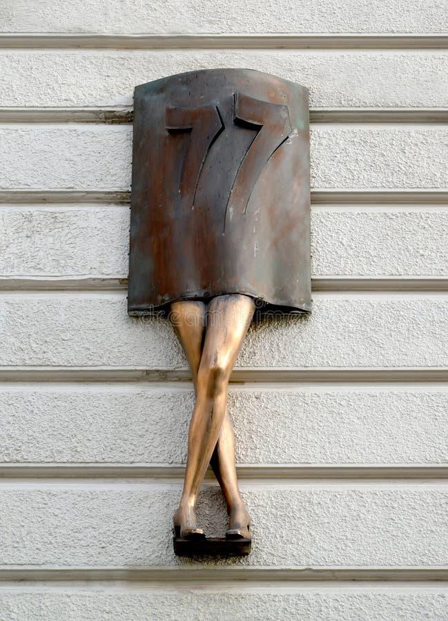 Lodz, Polonia L'indice scultoreo del numero del numero della costruzione sotto forma di gambe femminili fotografia stock libera da diritti