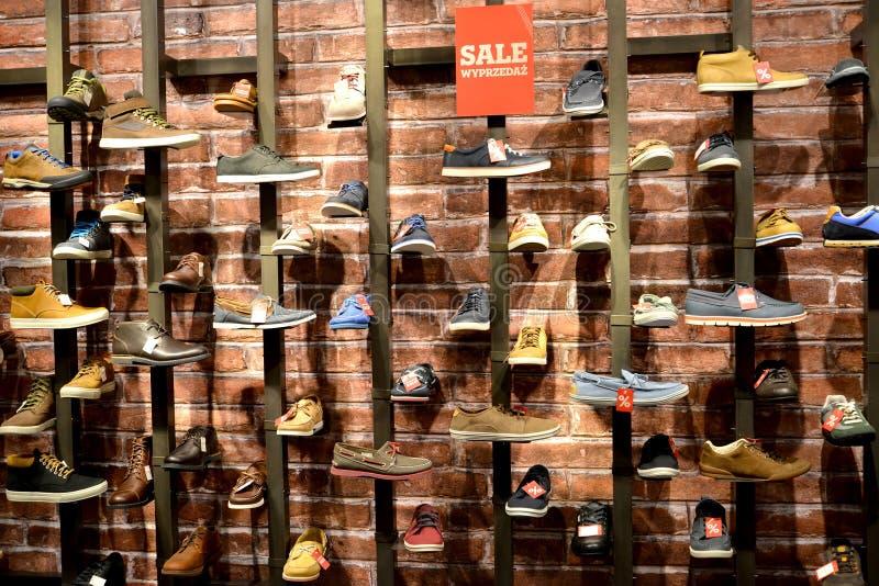 Lodz, Polonia Venta en la tienda de los zapatos de los hombres foto de archivo