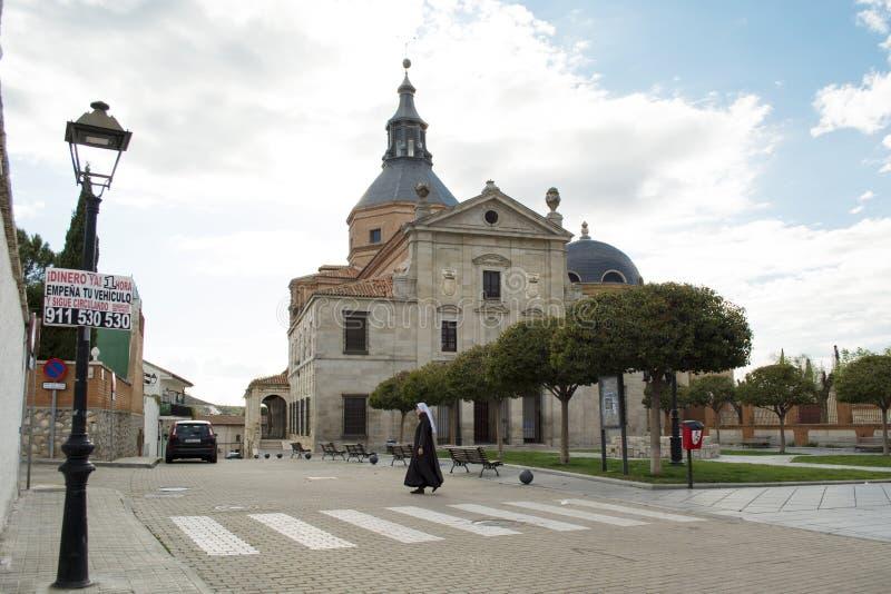 LOECHES, MADRI, ESPANHA - 28 DE ABRIL DE 2016: Front Door do declarado do monastério cultural da concepção imaculada do interesse fotografia de stock