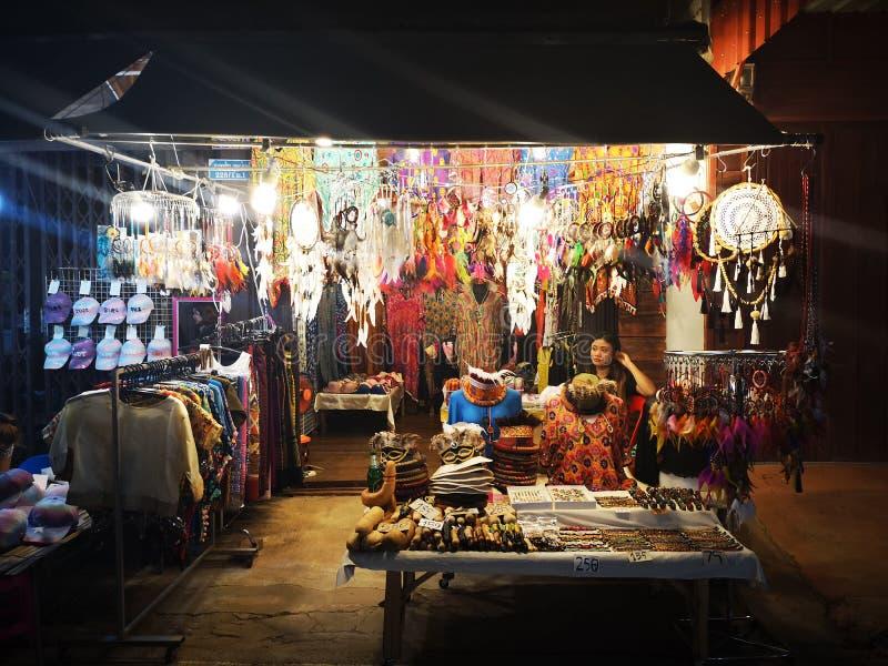 LOEI - 13-ОЕ ЯНВАРЯ: Неопознанная женщина продавая уловителей мечты в уличном рынке ночи Chiang Khan 13-ого января 2019 в Loei, стоковая фотография