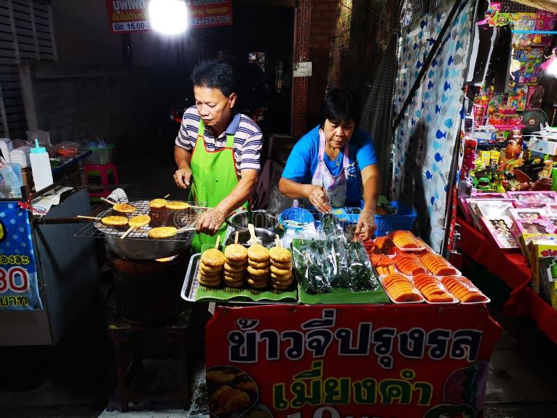 LOEI - JANUARI 13: Oidentifierade par som säljer grillade klibbiga ris i marknad för Chiang Khan nattgata på Januari 13, 2019 i L royaltyfri fotografi
