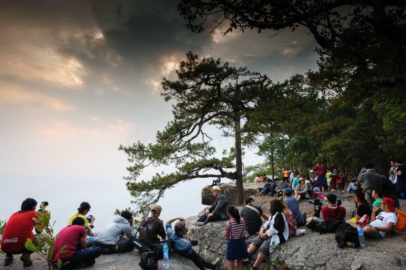 Loei-Provinz, Thailand 21. Februar 2016: Touristen warten auf schönen Sonnenuntergang am Naturschutzgebiet, Phu Kradueng national stockbilder