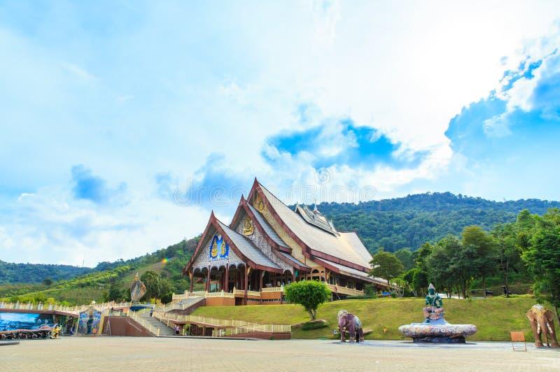 Loei, Tailândia - 24 de outubro de 2018: O rapaz huay do pa de Wat é templo bonito da arte Está aqui uma prática quieta da medita foto de stock