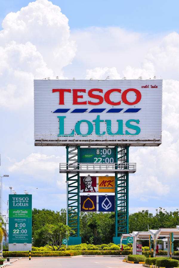 LOEI, TAILANDIA - 20 DE JUNIO DE 2015: Tesco Lotus es una cadena del hipermercado en Tailandia actuó por el sistema de distribuci foto de archivo libre de regalías