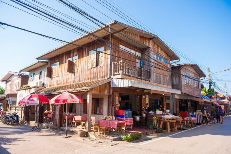 Loei, Tailandia - 26 de noviembre de 2016: Las casas de madera viejas en wal imagen de archivo