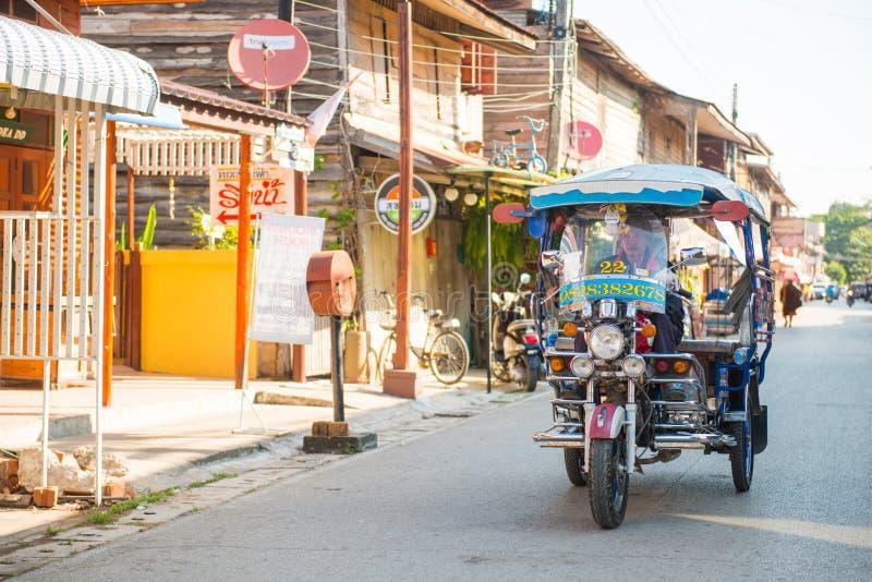 Loei, Tailandia - 26 de noviembre de 2016: Las casas de madera viejas en wal foto de archivo