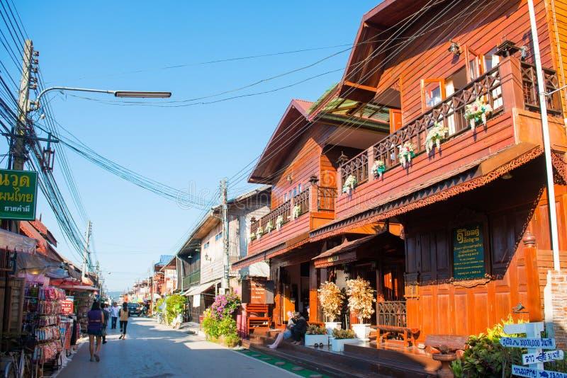 Loei, Tailandia - 26 de noviembre de 2016: Las casas de madera viejas en wal imágenes de archivo libres de regalías