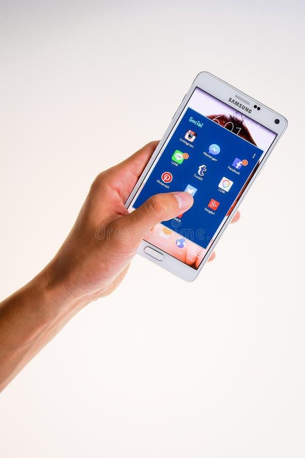 LOEI Thailand - JULI 02, 2015: Android använder den smarta telefonen med sociala massmediaapplikationer på skärmen, socialt massm fotografering för bildbyråer