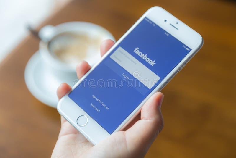 Loei, Thailand - 12. Juli 2015: Hand, die Iphone mit Mobile hält lizenzfreie stockfotos