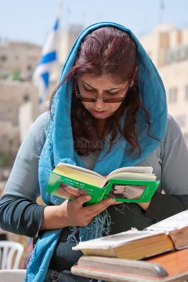 Loeiende Muur Jeruzalem, Biddende Vrouw Redactionele Fotografie