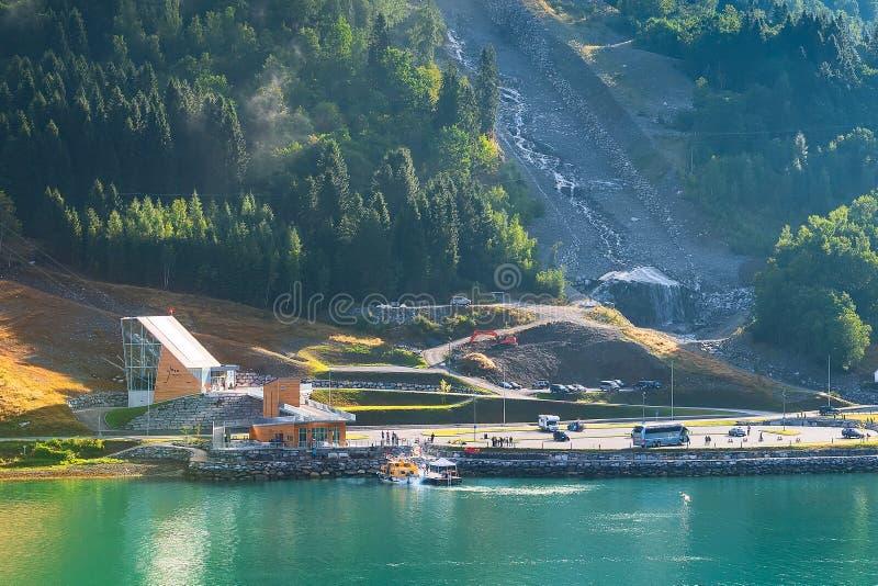 Loen, cabina di funivia della Norvegia Skylift sopra il Nordfjord immagini stock libere da diritti