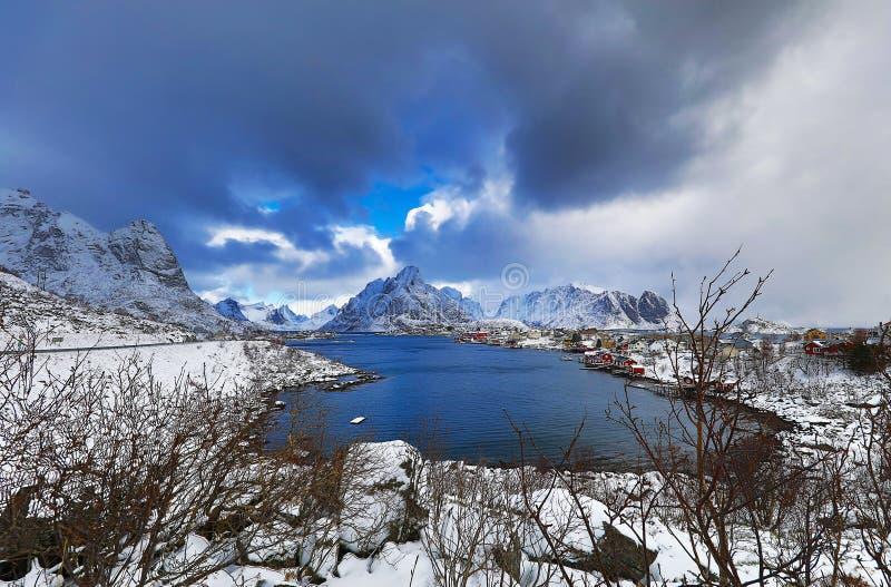 Lofoten海岛的传统渔解决 美好的挪威风景和老建筑学 库存图片