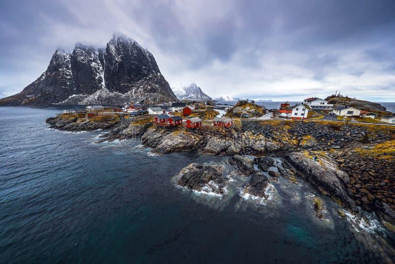 Lofoten海岛的传统渔解决 美好的挪威风景和老建筑学 库存照片