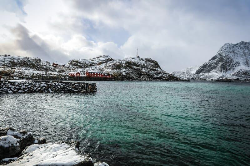 Lofoten海岛的传统渔解决 美好的挪威风景和老建筑学 图库摄影