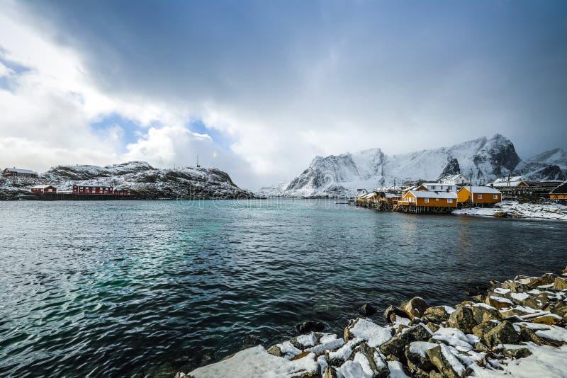 Lofoten海岛的传统渔解决 美好的挪威风景和老建筑学 免版税库存图片