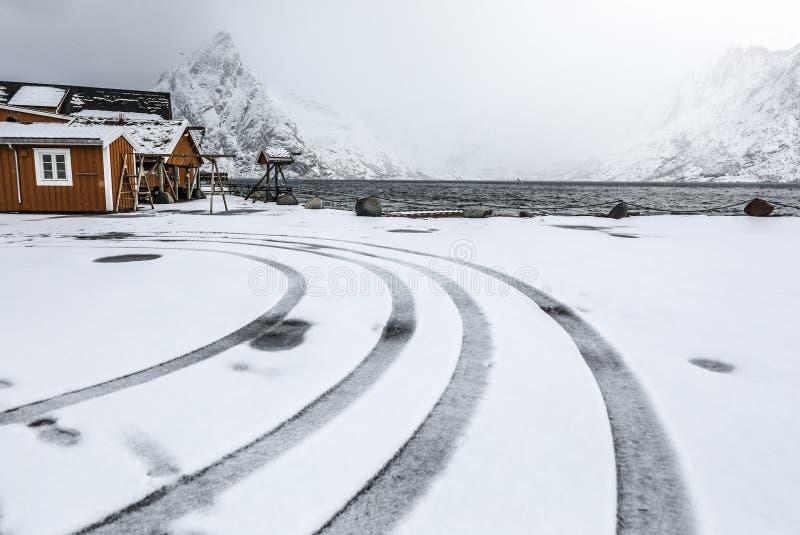 Lofoten海岛的传统渔解决 美好的挪威风景和老建筑学 免版税库存照片