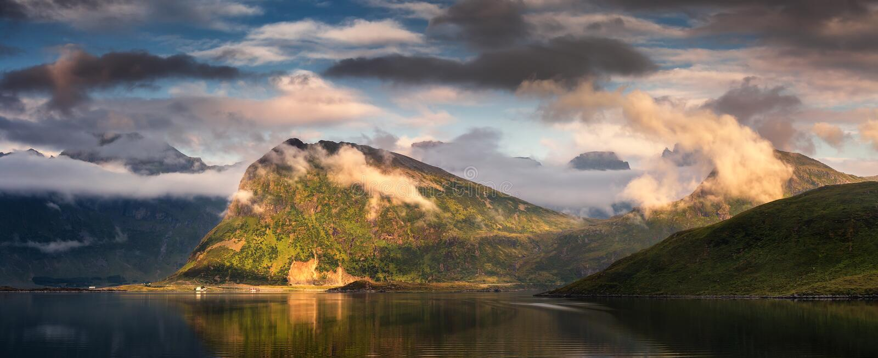 Lofoten海岛,挪威夏天多云全景  免版税库存照片