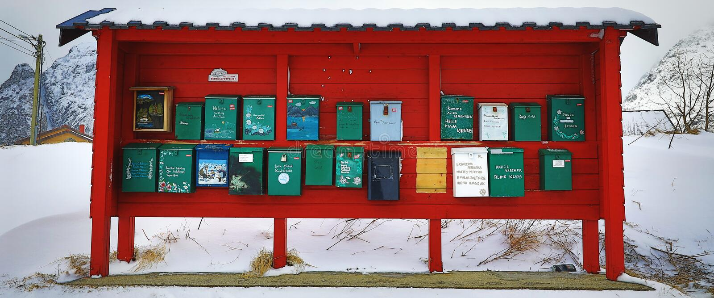 LOFOTEN,挪威- 2017年3月30日:传统邮箱在挪威的山村2017年3月30日的在Lofoten海岛 免版税图库摄影