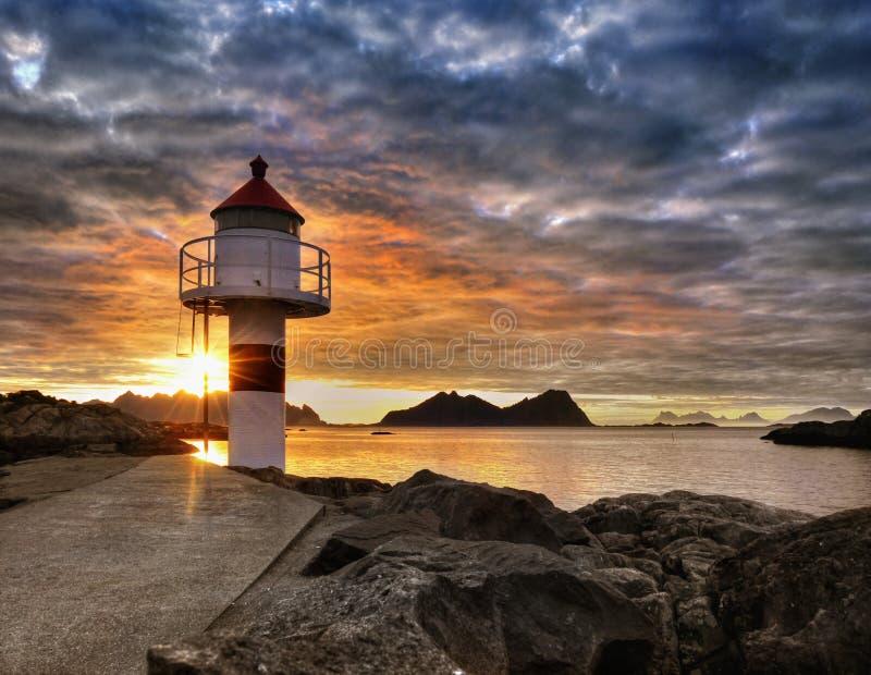 Lofoten, ακτή ηλιοβασιλέματος και φάρος στοκ φωτογραφίες