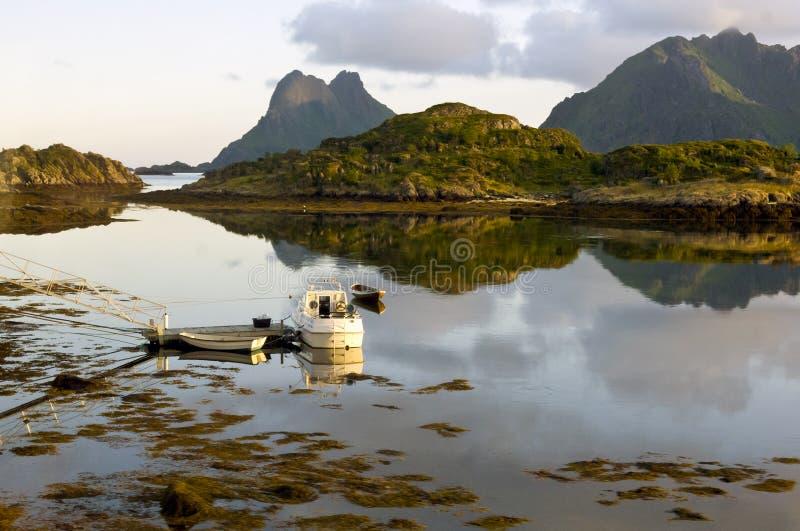 Lofoten - маленькие лодки в свете вечера стоковое фото rf