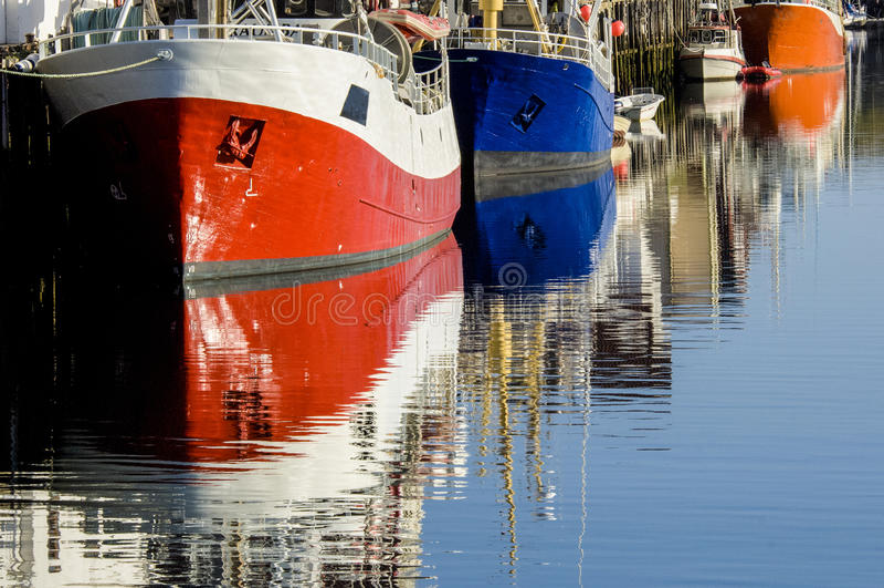 Lofoten -在夜间光的五颜六色的小船 免版税库存照片