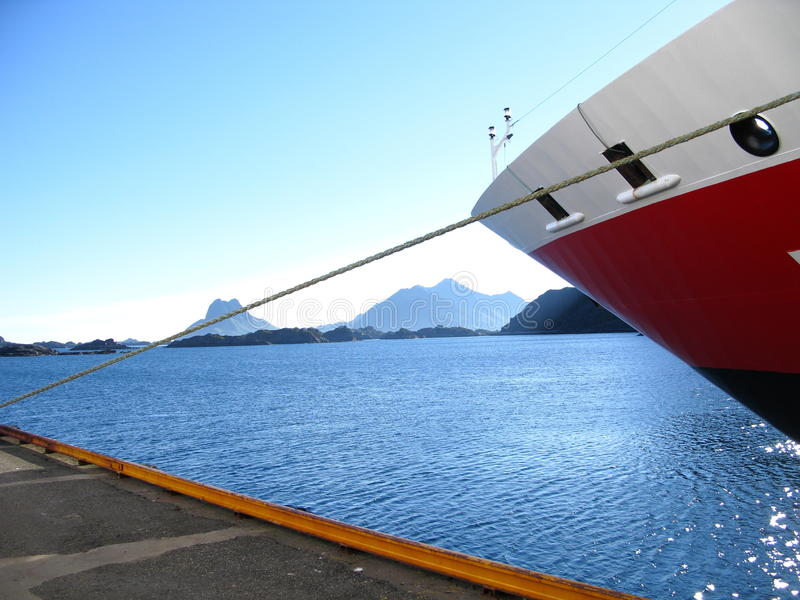 Lofoten-Landschaftsschiff lizenzfreie stockbilder