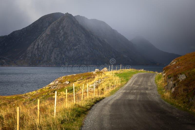 Lofoten väg - Lofoten öar - Norge arkivfoto
