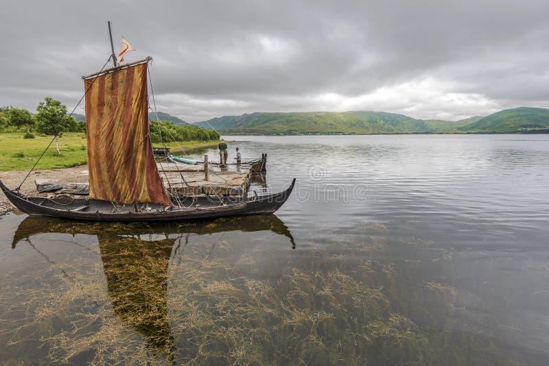 Lofotr, Noorwegen - 2 Augustus, 2017 bouwde Viking-schepen in de grens van het zoute meer van Innerpollen in Vestvagoy-Eiland Lof royalty-vrije stock foto's