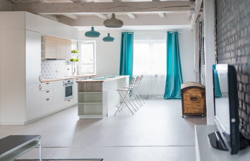 Loft kuchnia z białym meble Wyspy kuchnia fotografia stock