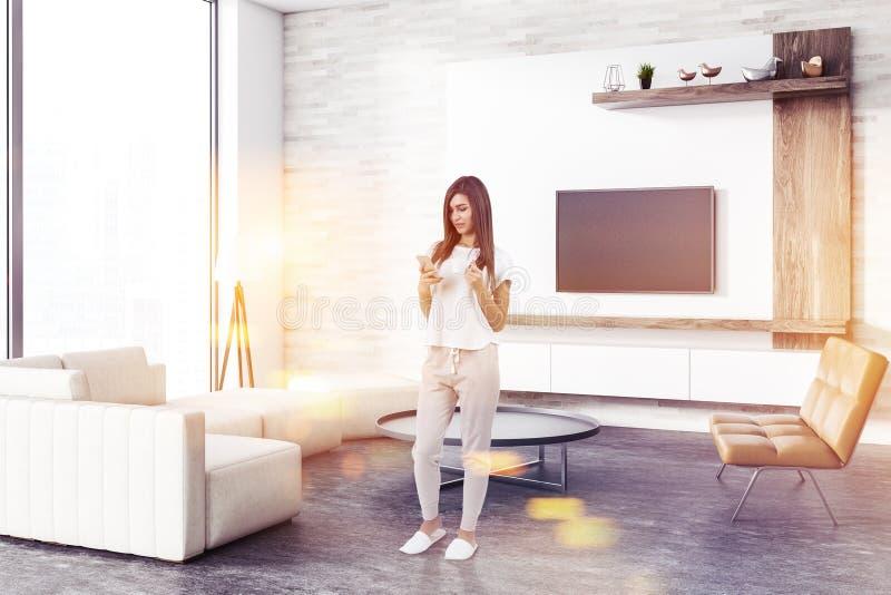 Loft pokoju nowożytny żywy kąt, telewizor, kobieta obrazy stock