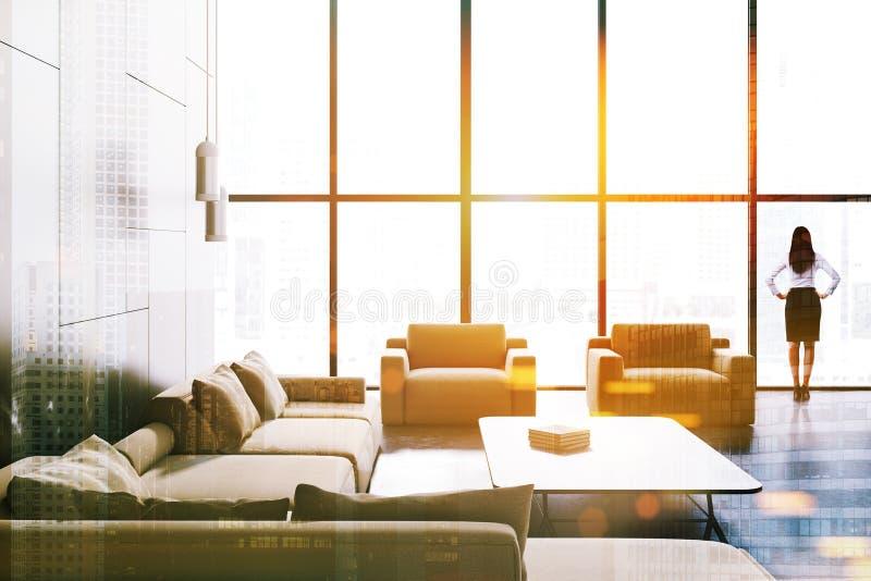 Loft a sala de visitas de mármore preta, sofá bege, mulher fotografia de stock royalty free