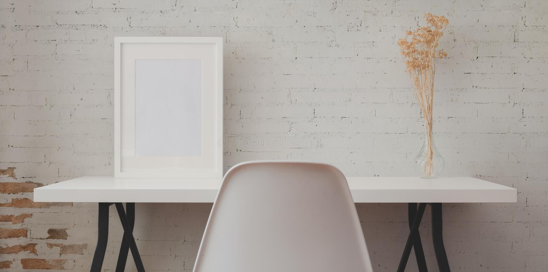Loft wraz z białym drewnianym biurkiem i klepaniem ramek i wazonów w murze z cegły zdjęcia stock