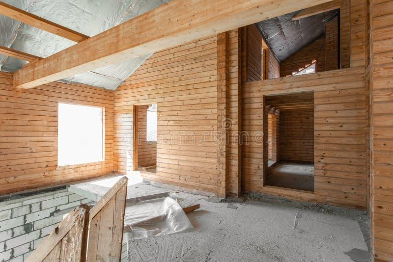 Loftgolv av huset genomg?ng och rekonstruktion Arbetande process av att v?rme inom delen av taket hus eller arkivbilder