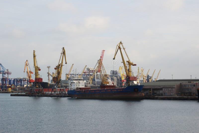 Logística e transporte do navio de carga do recipiente e avião de carga com a ponte de trabalho do guindaste no estaleiro no crep fotos de stock