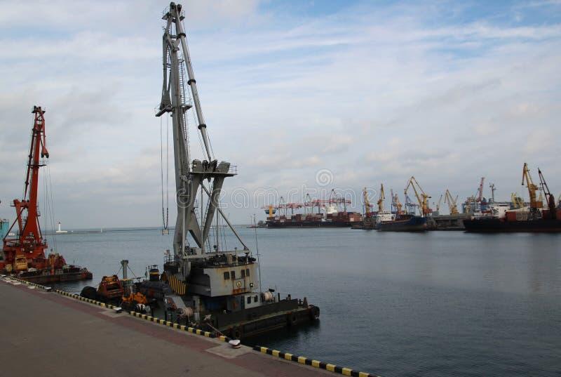 Logística e transporte do navio de carga do recipiente e avião de carga com a ponte de trabalho do guindaste no estaleiro no crep fotografia de stock royalty free
