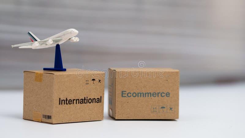 A logística encaixota o empacotamento e o correio do ar na tabela imagem de stock