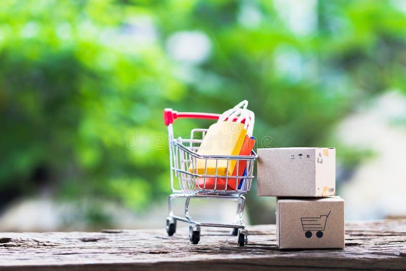 A logística encaixota o empacotamento e o trole do saco de compras na madeira imagens de stock