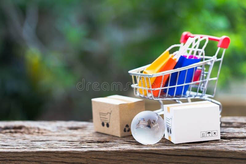 A logística encaixota o empacotamento e o trole do saco de compras na madeira imagem de stock