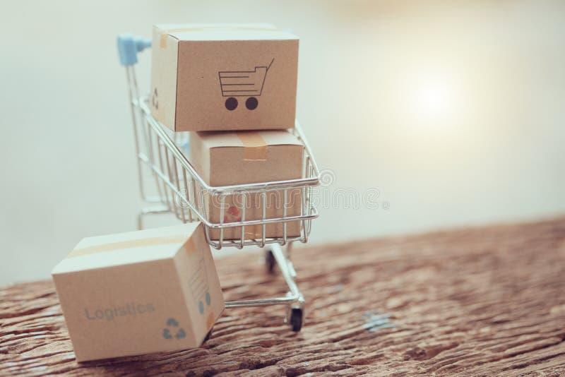 A logística encaixota o empacotamento e o trole do saco de compras na madeira fotos de stock royalty free