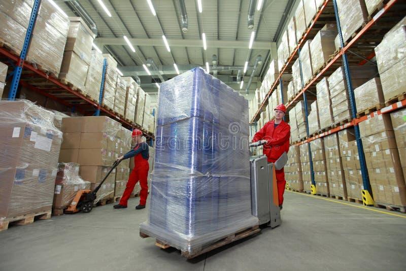 Logístico - trabajadores en almacén foto de archivo libre de regalías