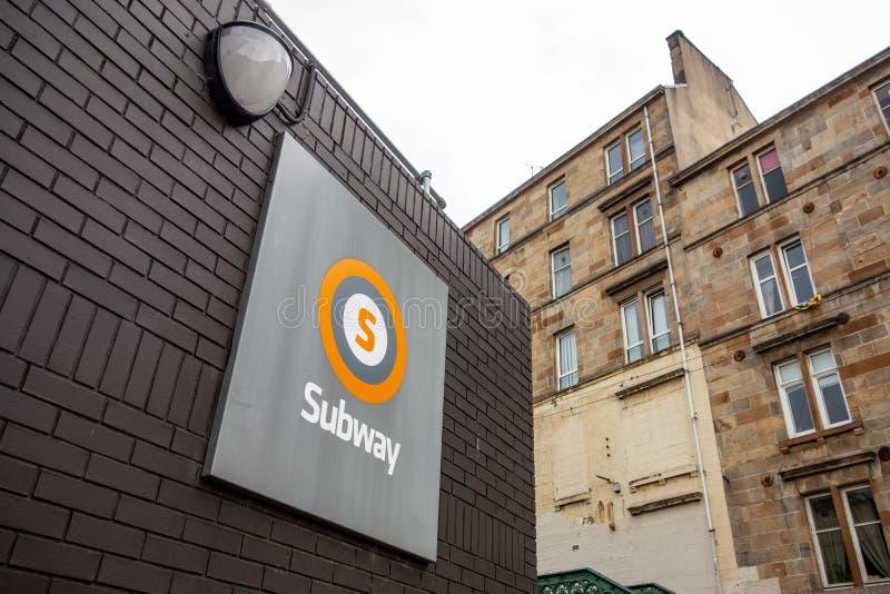 Logótipo de um sistema subterrâneo de metrô em Glasgow, no Reino Unido, acima da entrada fotos de stock royalty free