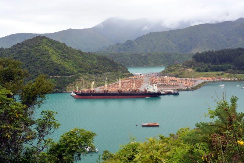 Log do pinho que exporta em Picton, Nova Zelândia imagem de stock royalty free