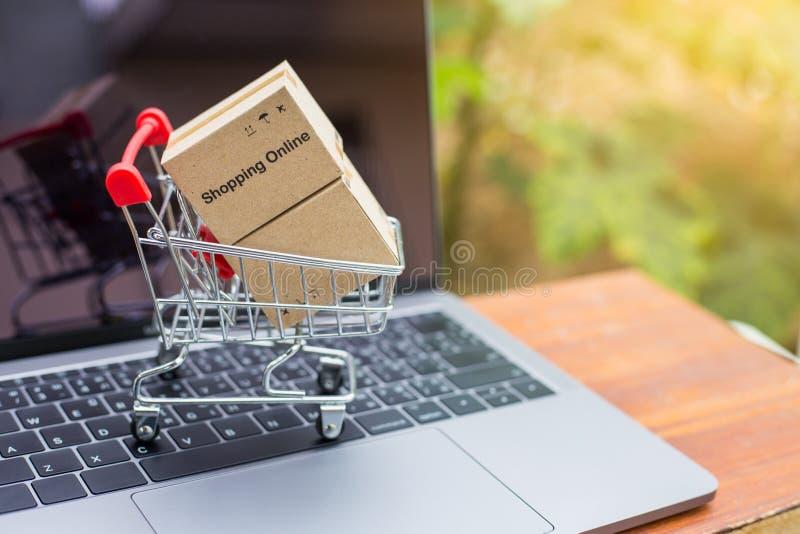 A log?stica encaixota o empacotamento e o trole do saco de compras na madeira imagens de stock