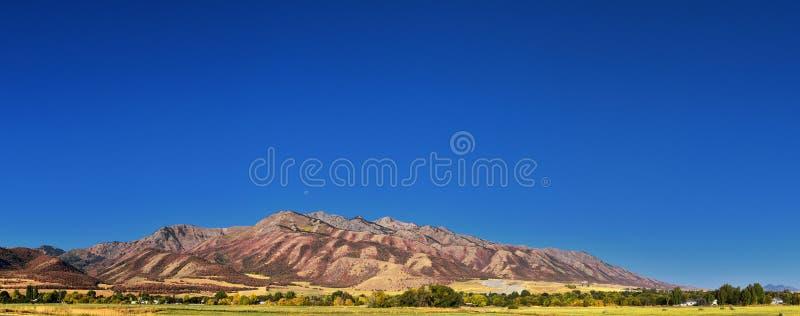 Logan doliny krajobrazu widoki wliczając gór, Nibley, Hyrum, opatrzności i szkoły wyższej Wellsville, Odganiają miasteczka, dom U zdjęcie royalty free