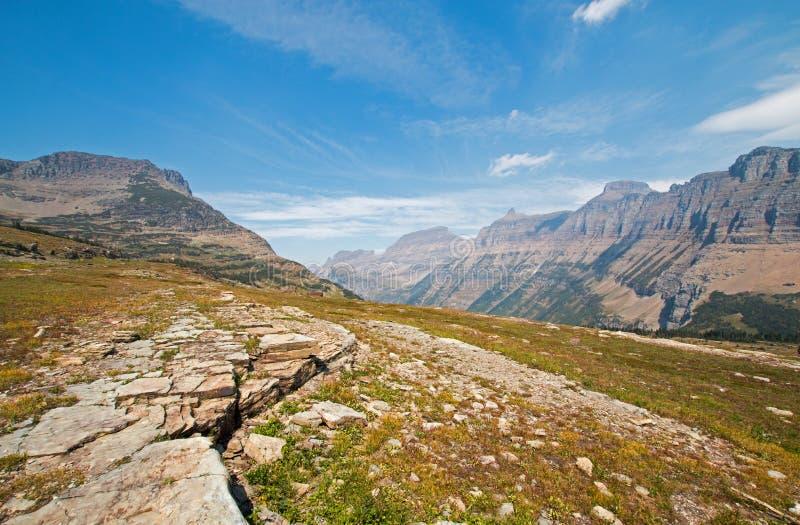 Logan Pass comme vu du sentier de randonnée caché de lac en parc national de glacier pendant les 2017 feux de chute au Montana images stock