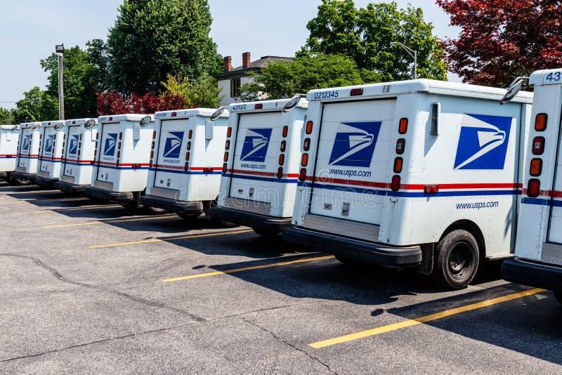 Logansport - Circa Juni 2018: USPS-stolpe - kontorspostlastbilar Stolpen - kontoret är ansvarigt för att ge dropp för postleveran royaltyfri bild