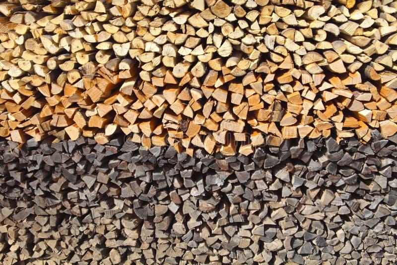 Logarithmes naturels de cheminée pendant l'horaire d'hiver photographie stock libre de droits