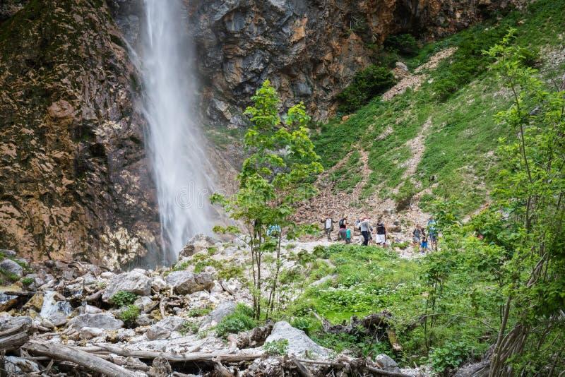 Logarska Dolina, Словения - 9-ое июня 2018: Rinka водопада людей туристов посещая в logar долине, Словении стоковые фотографии rf