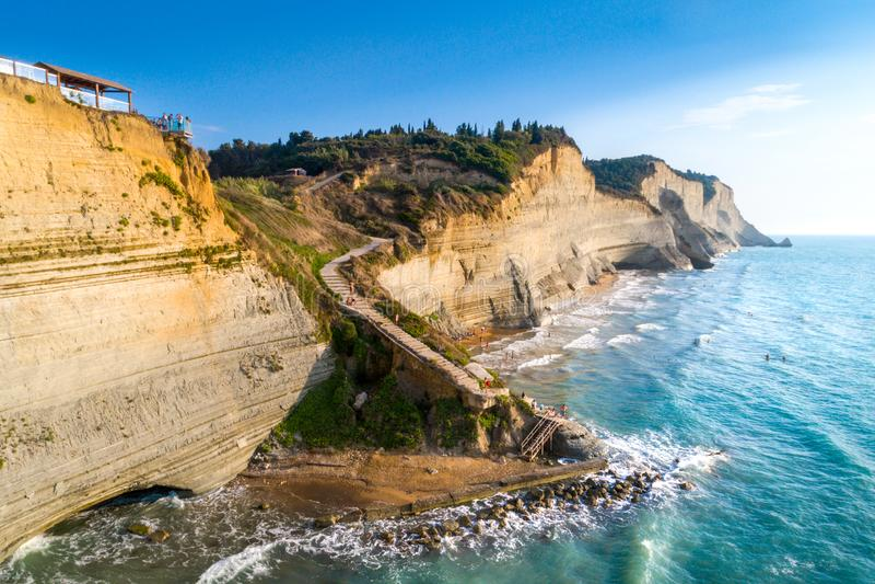 Logas strand och fantastisk stenig klippa i Peroulades corfu Grekland arkivfoton